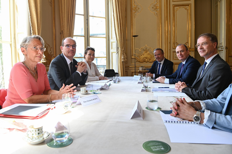 Le Premier ministre Jean Castex (2e à g.) accompagné de la ministre du Travail Élisabeth Borne (1re à g.) lors d'une rencontre avec les partenariats sociaux, jeudi 9 juillet à Matignon.