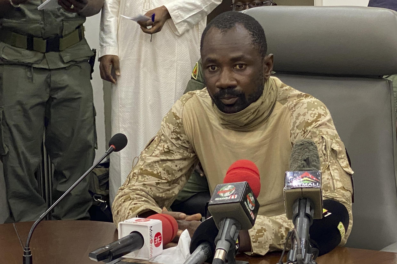 Le colonel Assimi Goita s'adresse à la presse, depuis le ministère malien de la Défense à Bamako, au Mali, le 19 août 2020.