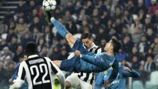 البرتغالي كريستيانو رونالدو يسدد كرة مقصية أحرز منها الهدف الثاني لفريقه في مرمى يوفنتوس الإيطالي 03 نيسان/أبريل 2018