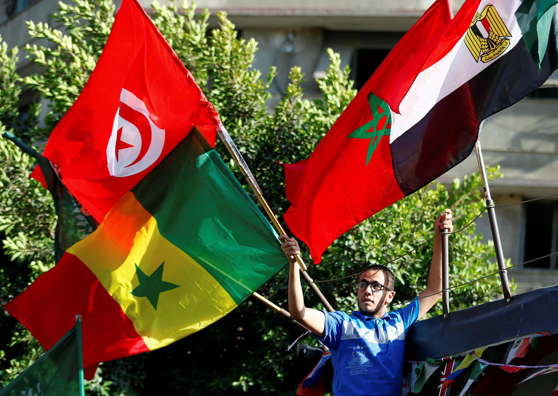 بائع لأعلام الدول المشاركة في كأس الأمم الأفريقية المقامة بالقاهرة بين 21 يونيو إلى 19 يوليو