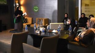 Une employée de l'entreprise Careem forme de futures chauffeuses privées à Khobar, en Arabie saoudite, le 10 octobre 2017.