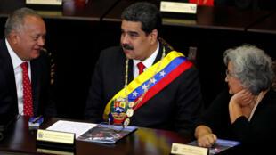 El presidente de Venezuela, Nicolás Maduro, sentado entre el presidente de la Asamblea Nacional Constituyente, Diosdado Cabello, y la presidenta del Consejo Nacional Electoral, Tibisay Lucena, durante una ceremonia con motivo de la apertura del año judicial en la Corte Suprema de Justicia, en Caracas, Venezuela, el 24 de enero de 2019.
