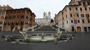 Vista de la vía Condotti vacía en Roma durante el quinto día de bloqueo total en Italia para hacer frente al brote de coronavirus Covid-19, el 14 de marzo de 2020.