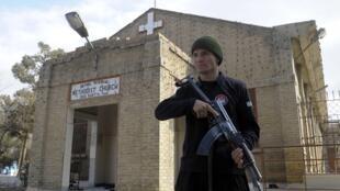 رجل أمن باكستاني يحرس كنيسة البروتستانت في كويتا في 25 كانون الأول/ديسمبر 2014