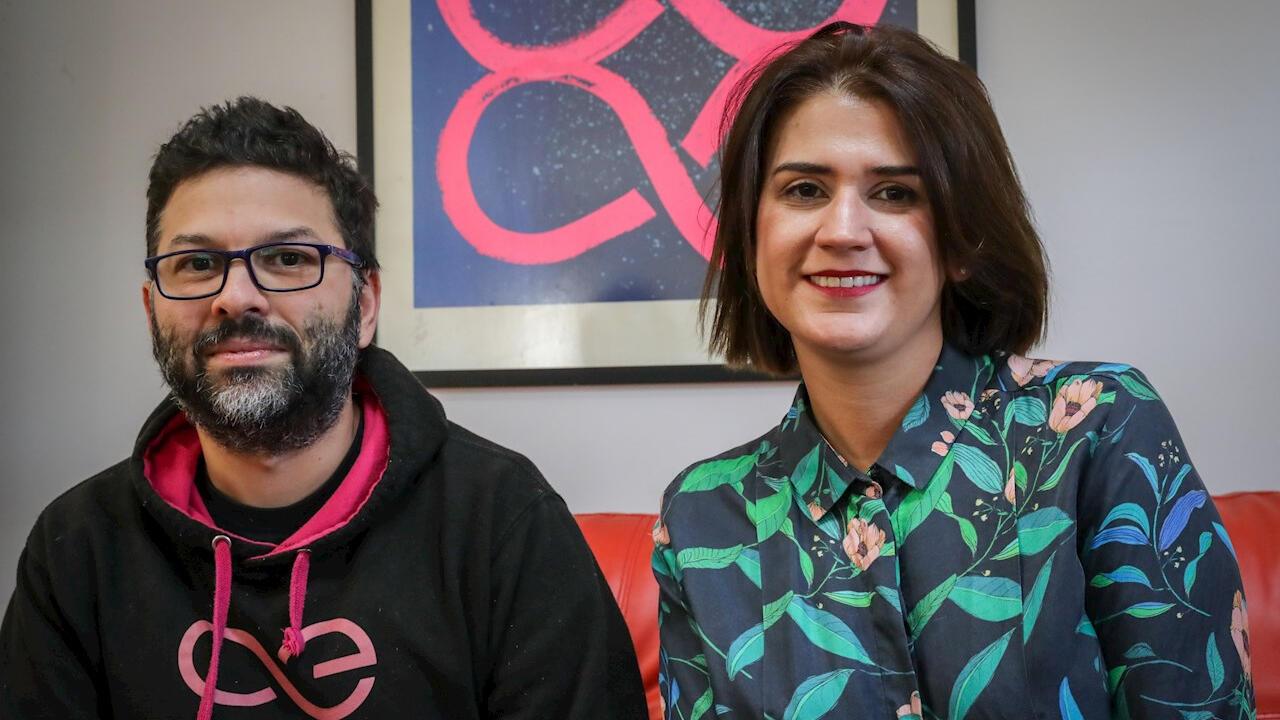 Omar Saadoun es el cofundador y director ejecutivo de Inmind y Mariana Sanguinetti es la directora de relaciones públicas de Aeternity. Ambas empresas trabajan en el desarrollo de la App 'Uruguay Can' para trazar la producción de marihuana en Uruguay. Fotografía tomada en Montevideo, el 13 de junio de 2020.