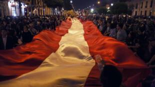 Miles de peruanos marchan el jueves 28 de diciembre de 2017 por las principales calles del centro histórico de Lima.