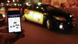 """Les taxis reprochent aux VTC de pratiquer une forme de """"maraudage"""", c'est-à-dire de stationner sur les voies publiques entre deux courses."""