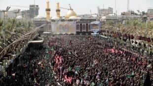 Los peregrinos chiítas se reúnen durante la fiesta religiosa de Ashura en la ciudad sagrada de Kerbala, minutos antes de las estampidas.