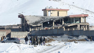 Uno de los edificios colapsados luego del ataque con carro bomba en el complejo militar de Maidan Wardak, Afganistán, el 21 de enero de 2019.