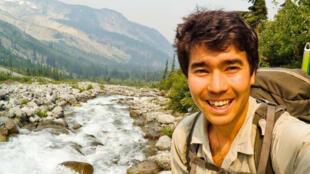 El aventurero y misionero cristiano John Allen Chau, quien fue asesinado y enterrado por una comunidad aborigen de la Isla Centinela situada en el océano Índico.
