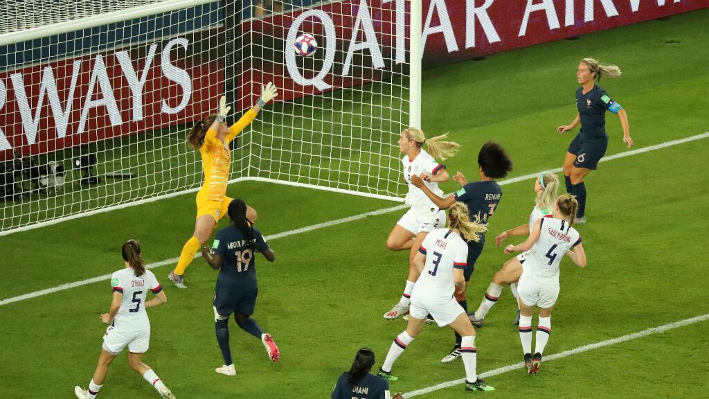 La francesa Wendie Renard marca su primer gol. Parque de los Príncipes, París, Francia, el 28 de junio de 2019.