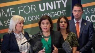 La présidente du Sinn Fein, Mary Lou McDonald (au centre) pourrait permettre au parti pro-réunification de remporter les élections.