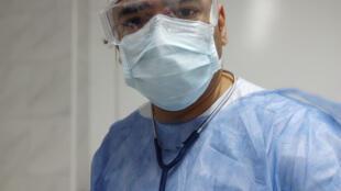 El médico barranquillero, Carlos Álvarez, tiene 35 años y cursa el segundo año de la especialidad en Medicina interna en un hospital privado de la capital argentina.