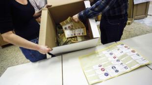 Funcionarios de una mesa electoral comienzan a contar las boletas en Roma, Italia, el 4 de marzo de 2018.