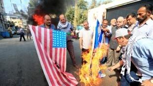 Los manifestantes incendiaron una improvisada bandera israelí durante una protesta contra la conferencia de Bahrein, en el campo de refugiados palestinos de Ain al-Hilweh, cerca de Sidon, sur del Líbano, el 25 de junio de 2019.