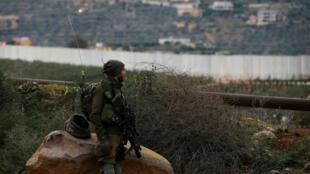 """Un soldado israelí vigila cerca de la frontera con Líbano la mañana siguiente al lanzamiento del operativo """"Escudo del Norte"""" en Metula, Israel, el 5 de diciembre de 2018."""
