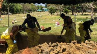 Hombres cavan una fosa en un cementerio de Managua, el 15 de mayo de 2020