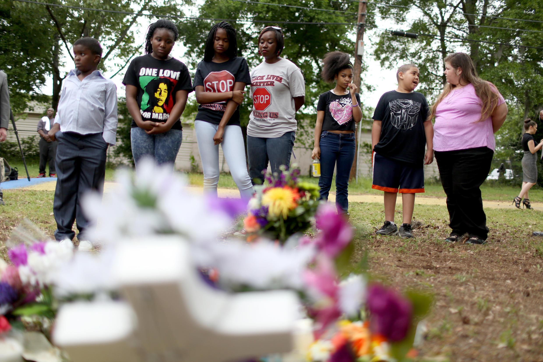 Allegados miran los honores construidos en el sitio en el que Walter Scott fue asesinado por un oficial de policía de North Charleston, el 12 de abril de 2015, en Carolina del Sur.