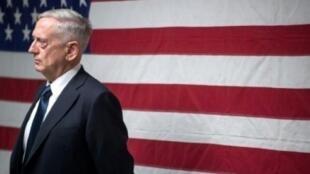 © أ ف ب | صورة نشرتها وزارة الدفاع الأمريكية 29 أيلول/سبتمبر 2017، يظهر فيها وزير الدفاع جيم ماتيس يتحدث إلى جنود في قندهار بأفغانستان في 28 أيلول/سبتمبر 2017.