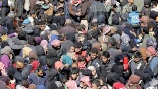 مدنيون سوريون فروا من الغوطة الشرقية قرب دمشق متجمعون في مدرسة في حوش نصري في 16 آذار/مارس 2018