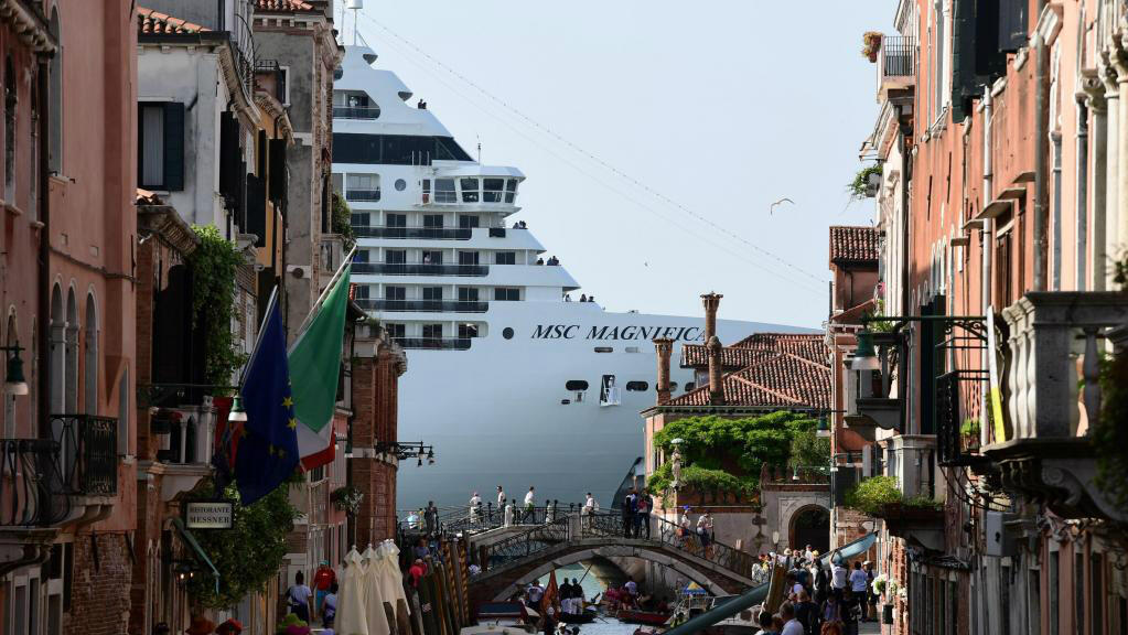 El crucero MSC Magnifica se ve desde uno de los canales que conducen a la Laguna de Venecia, el 9 de junio de 2019.
