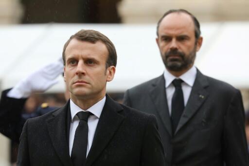 Le chef de l'État Emmanuel Macron et le Premier ministre Édouard Philippe, dans la cours des Invalides lors de l'hommage à Arnaud Beltramme, le 28 mars 2018.