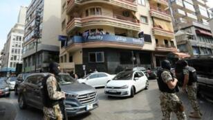 عناصر من الاجهزة الأمنية اللبنانية يقومون بمداهمات لشركات مالية يشتبه بتحويلها أموالا إلى الجهاديين، الأربعاء 8 آذار/مارس 2017