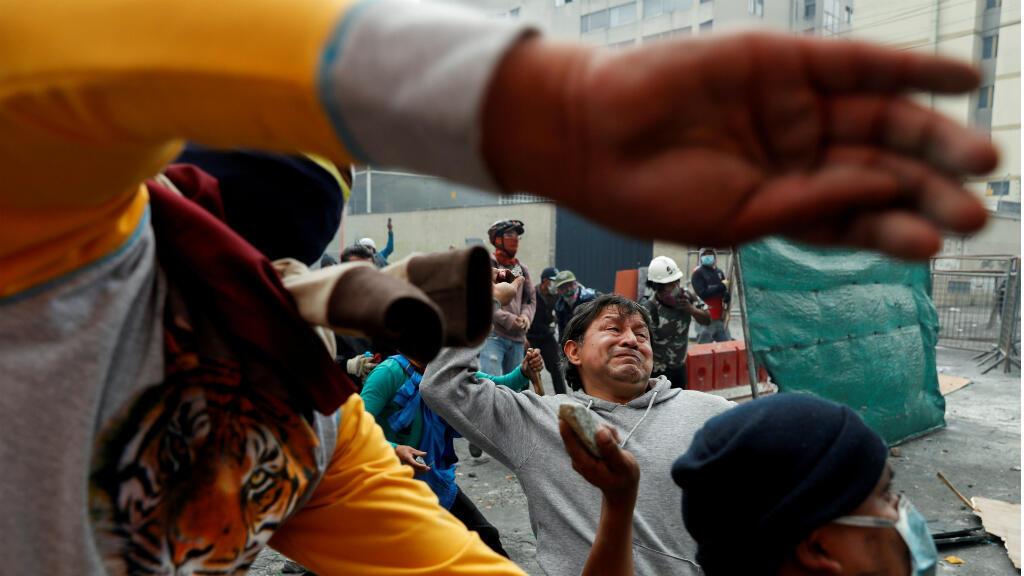 Manifestantes tiran piedras durante las manifestaciones de Ecuador, en una imagen de archivo del 11 de octubre de 2019, en Quito.