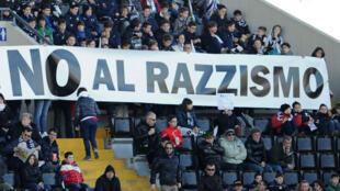 Une banderole antiraciste affichée par les supporters de l'Udinese lors d'un match en 2013.