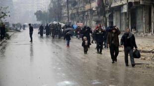 Des Syriens quittent une zone tenue par les rebelles pour un quartier tenu par le régime le 13 décembre 2016.