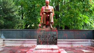 La statue du journaliste italien Indro Montanelli, dégradée et souillée à la peinture rouge, le 14 juin 2020 à Milan