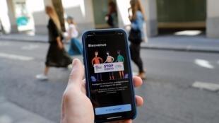 L'application StopCovid affichée sur un téléphone portable, à Paris, le 27 mai 2020