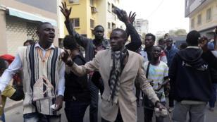 Des manifestants ont protesté, jeudi 19 avril, dans les rues de Dakar au Sénégal contre la réforme du code électoral.