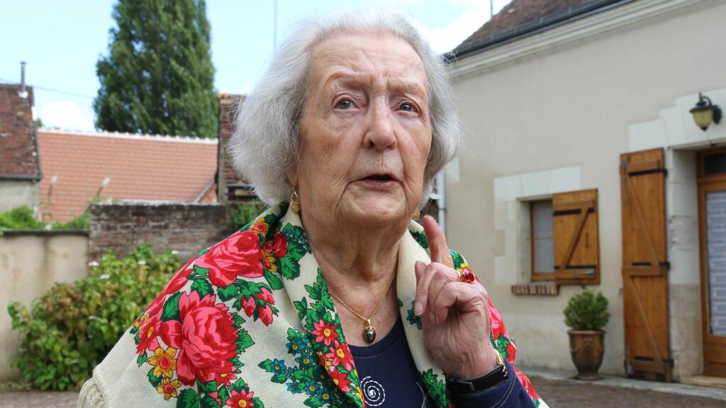 Cécile Rol-Tanguy dans le jardin de sa maison de famille, dans le Loir-et-Cher, à l'été 2014.