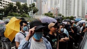 متظاهرون أمام مقر المحكمة بهونغ كونغ ينددون بمحاكمة عشرات المحتجين. 31 يوليو/تموز 2019
