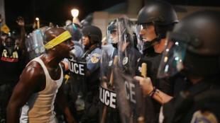 Des manifestants font face aux policiers, à Saint-Louis, samedi 16 septembre.