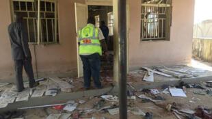 El personal de la Agencia Nacional de Manejo de Emergencias (NEMA, por sus siglas en inglés) inspecciona el daño en el sitio de un atentado suicida en Mubi, en el estado de Adamawa, en el noreste de Nigeria 21 de noviembre de 2017-