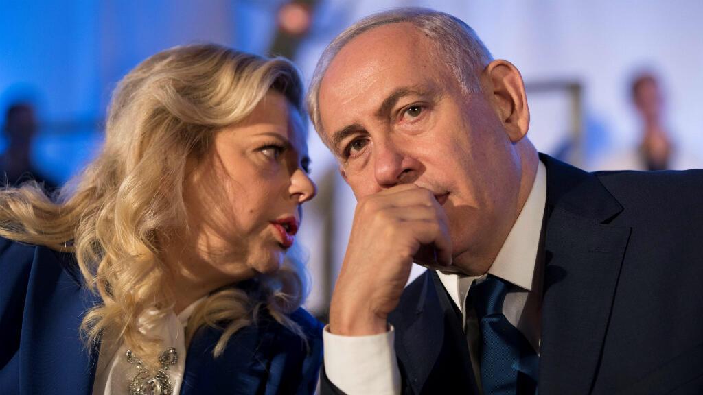 Fotografía de archivo que muestra al primer ministro Israelí, Benjamin Netanyahu  junto a su esposa, Sara Netanyahu, en la ceremonia del 50ª aniversario de la liberación y unificación de Jerusalén, en Jerusalén, Israel, el 21 de mayo de 2017.