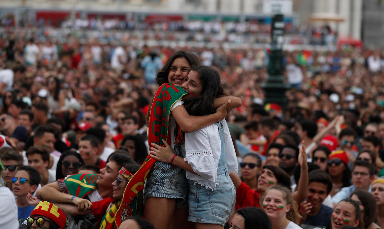 Los fanáticos de Portugal reaccionan mientras miran el partido en una proyección pública en Lisboa.