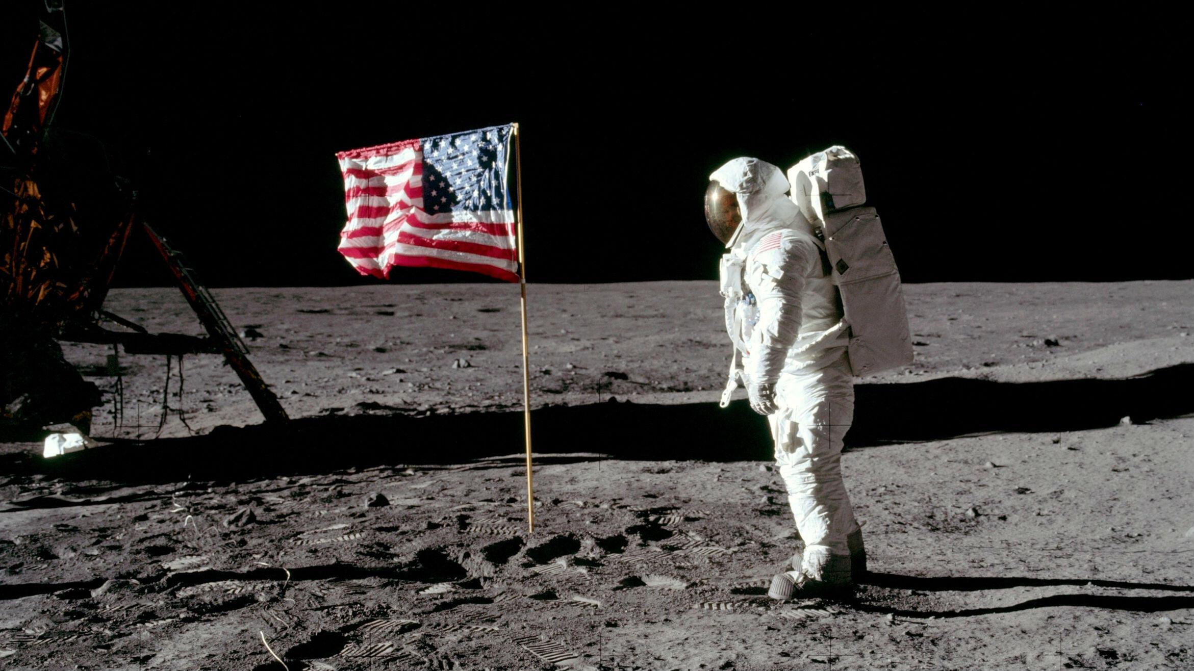 Foto de archivo del astronauta Buzz Aldrin caminando sobre la superficie de la Luna, el 20 de julio de 1969.