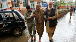 Des hommes transportent une personne blessée à l'hôpital, à Jalalabad, après l'explosion d'une bombe dans une mosquée, le 18octobre2019.