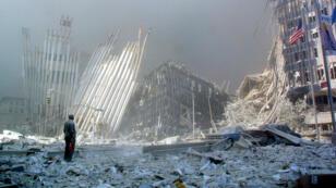 Imagen de archivo. Un hombre grita entre los escombros, preguntando si alguien necesita ayuda, después del colapso de la primera Torre del World Trade Center en Nueva York, el 11 de septiembre de 2001.