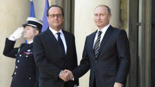 Le président russe Vladimir Poutine (à d.), reçu à l'Élysée par son homologue François Hollande, le 2 octobre.