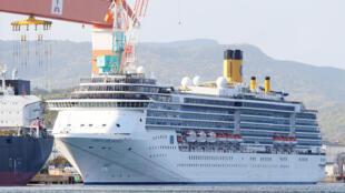 صورة التقطت في 22 نيسان/أبريل 2020 لسفينة كوستا أتلانتيكا السياحية في ميناء ناغاساكي