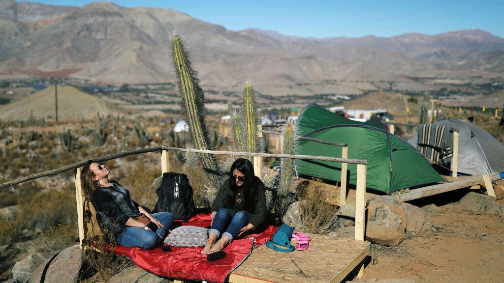 Los turistas viven en un campamento en inmediaciones del Observatorio Mamalluca, en el Valle del Elqui, Chile, antes del eclipse solar total que tendrá lugar este 2 de julio de 2019.