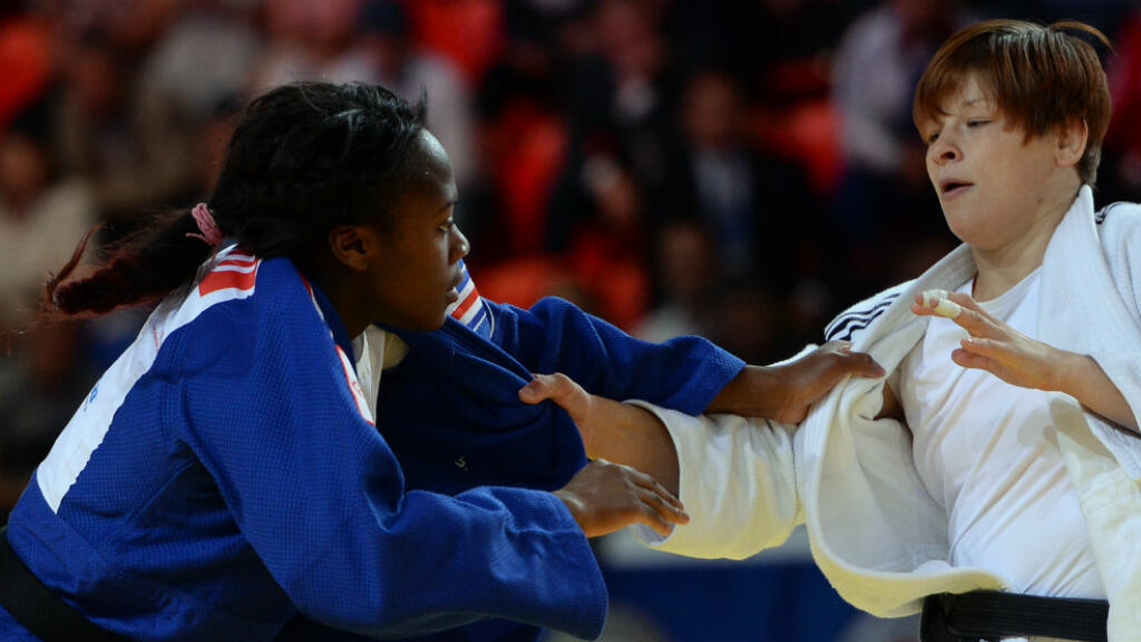 La judoka française Clarisse Agbegnenou face à la Slovène Tina Trstenjak, à qui elle a laissé le titre mondial, jeudi 27 août 2015 à Astana.