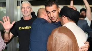 اللاعب البحريني حكيم العريبي بعد وصوله لمطار ملبورن مع اللاعب الأسترالي السابق كريغ فوستر في 12 شباط/فبراير 2019