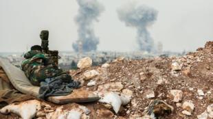 De la fumée s'élève de la ville de Qumhanah, dans la province de Hama, le 1er avril 2017.