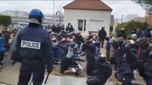 لقطة من فيديو يظهر طلاب ثانوية أثناء توقيفهم من قبل الشرطة.