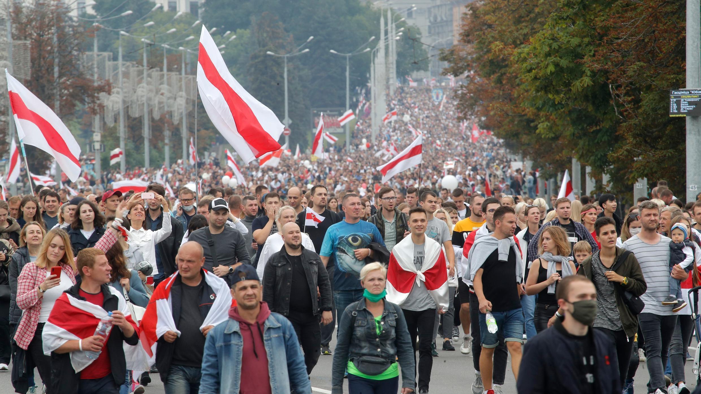 Decenas de miles de personas marchan por las calles durante las protestas en Minsk, Bielorrusia, el domingo 23 de agosto de 2020.